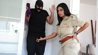 Police wali ne chor ko apne jugs se dhoodh pilaya aur choda