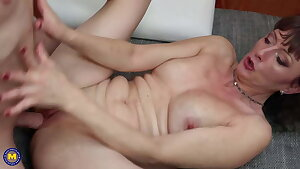 Mature mommy opens her warm pussy for son