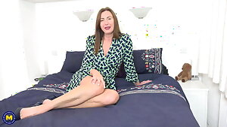 British mom Lara Latex fucks her wet cunt