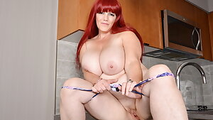 Busty BBW milf Roxee rubs her smooth-shaven pussy