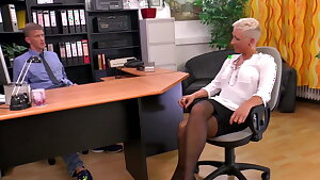 Mandy Mystery erklaert dem Chef nochmal ihre Vorzuege